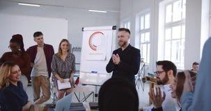 Το 'brainstorming' και η συζήτηση στο σύγχρονο πίνακα επιχειρησιακού σεμιναρίου γραφείων, ευτυχείς multiethnic συνάδελφοι λειτουρ απόθεμα βίντεο