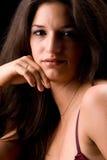 το brunette έντυσε το βασικό lingery χαμηλό στοκ εικόνες