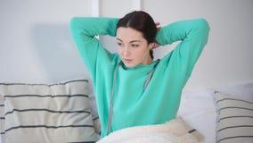 Το brunette έφηβη ξυπνά στην κρεβατοκάμαρά της ένα πρωί φιλμ μικρού μήκους