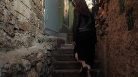 Το κορίτσι αναρριχείται στα σκαλοπάτια φιλμ μικρού μήκους