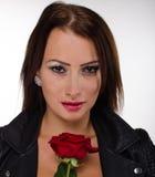 Το brunette ζάλης που κρατά ένα κόκκινο αυξήθηκε Στοκ Φωτογραφίες