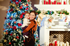 Το brunette μητέρων αγκαλιάζει λίγο χαριτωμένο chubby κοριτσάκι σε ένα λευκό Στοκ Φωτογραφία