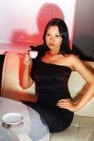 Το Brunette πίνει τον καφέ Στοκ Εικόνες