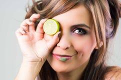 Το brunette Headshot, σκοτεινή αίγλη κοιτάζει και πράσινο κραγιόν, που καλύπτει ένα μάτι με τον ανοικτό ασβέστη, εξετάζοντας τη κ Στοκ εικόνες με δικαίωμα ελεύθερης χρήσης