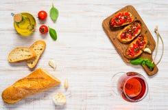 Το Bruschetta με το γαλλικό ψωμί, αυξήθηκε διάστημα κρασιού και αντιγράφων Στοκ Εικόνες