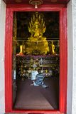 Το Buddish προσεύχεται στο ναό αδύτων στην Ταϊλάνδη Στοκ Εικόνες