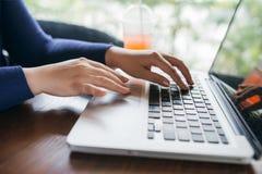 Το Busiensswoman δίνει τα ωθώντας κλειδιά του υπολογιστή, κλείνει επάνω Στοκ φωτογραφία με δικαίωμα ελεύθερης χρήσης