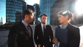 Το Businesspeople δίνει το τηλέφωνο Η οικογενειακή κλήση σας απόθεμα βίντεο