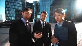 Το Businesspeople δίνει το τηλέφωνο Κλήση πελατών απόθεμα βίντεο