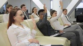 Το businesspeople αυξάνει τα χέρια τους για να υποβάλει την ερώτηση στη διάσκεψη φιλμ μικρού μήκους