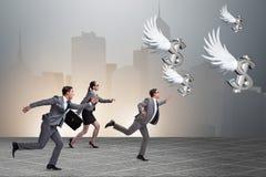 Το businesspeople που χαράζει τη χρηματοδότηση επενδυτών αγγέλου Στοκ φωτογραφία με δικαίωμα ελεύθερης χρήσης