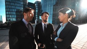 Το Businesspeople σας δίνει το τηλέφωνο σε Η κλήση πιθανότητάς σας φιλμ μικρού μήκους
