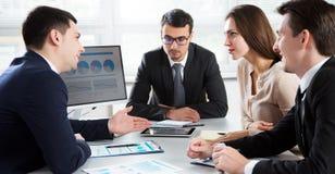 Το Businesspeople συζητά ένα νέο πρόγραμμα στοκ εικόνες με δικαίωμα ελεύθερης χρήσης