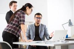 Το Businesspeople συζητά ένα νέο πρόγραμμα στοκ εικόνες