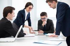 Το Businesspeople συζητά ένα νέο πρόγραμμα στοκ φωτογραφίες με δικαίωμα ελεύθερης χρήσης