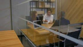 Το Businesspeople συζητά τη διαπραγμάτευση το σύγχρονο εσωτερικό βράδυ γραφείων απόθεμα βίντεο
