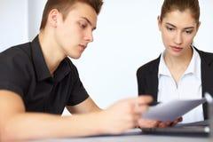 Το Businesspeople συζητά το έγγραφο Στοκ Εικόνα