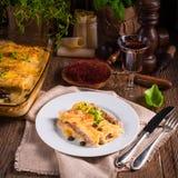 Το Cannelloni με κομματιάζει την πλήρωση και τις κάπαρες στοκ εικόνες