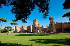 Το Caracalla αναπηδά την άποψη καταστροφών από τους λόγους που πλαισιώνονται με τα δέντρα στο Ρ Στοκ Εικόνα