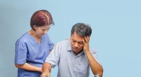 Το Caregiver παίρνει το υπομονετικό άτομο προσοχής, καρδιακές παθήσεις στοκ φωτογραφία