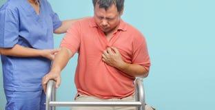 Το Caregiver παίρνει το υπομονετικό άτομο προσοχής, καρδιακές παθήσεις στοκ εικόνες
