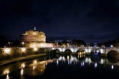 Το Castel Sant ` Angelo και Sant ` Angelo γεφυρώνει σε μια σκηνή νύχτας Στοκ φωτογραφία με δικαίωμα ελεύθερης χρήσης