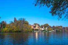 Το Castle κατά μήκος του Po ποταμού στο Τορίνο, Ιταλία Στοκ φωτογραφίες με δικαίωμα ελεύθερης χρήσης