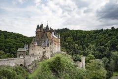 Το Castle Eltz είναι ένα γερμανικό απολύτως ζαλίζοντας κάστρο φρουρίων Στοκ εικόνες με δικαίωμα ελεύθερης χρήσης