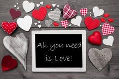 Το Chalkbord με πολλές κόκκινες καρδιές, όλα που χρειάζεστε είναι αγάπη Στοκ φωτογραφία με δικαίωμα ελεύθερης χρήσης