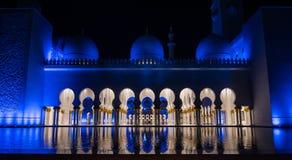 Το Cheikh το μεγάλο μουσουλμανικό τέμενος στο Αμπού Νταμπί Στοκ Εικόνες