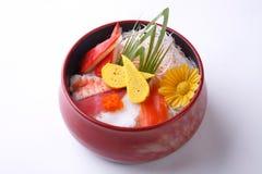 Το Chirashi φορά στο ξύλινο κύπελλο που απομονώνεται στο άσπρο υπόβαθρο japane Στοκ Φωτογραφία