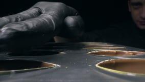 Το Chocolatier διορθώνει και προετοιμάζει τις φόρμες σοκολάτας για την πλήρωση του με τα διαφορετικά γούστα, κατασκευή των γλυκών απόθεμα βίντεο