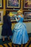 Το Cinderella θαυμάζει τα έργα ζωγραφικής Στοκ Εικόνα