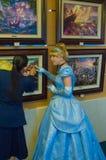 Το Cinderella θαυμάζει τα έργα ζωγραφικής Στοκ εικόνες με δικαίωμα ελεύθερης χρήσης