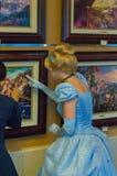 Το Cinderella θαυμάζει τα έργα ζωγραφικής Στοκ φωτογραφία με δικαίωμα ελεύθερης χρήσης