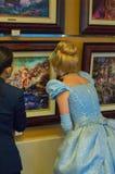 Το Cinderella θαυμάζει τα έργα ζωγραφικής Στοκ Φωτογραφίες