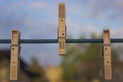Το Clothespins σε ένα παλαιό σχοινί Στοκ εικόνες με δικαίωμα ελεύθερης χρήσης