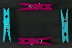 Το Clothespins σχεδιάζεται ως πλαίσιο σε ένα σκοτάδι διαστημικό κείμενό σας Στοκ Εικόνα