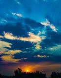 Το Clounds στο ηλιοβασίλεμα λάμπει στην εξασθένιση sunrays διανυσματική απεικόνιση