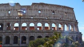 Το Coliseum της Ρώμης ενάντια στο μπλε ουρανό απόθεμα βίντεο