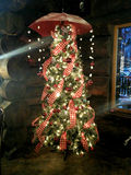 Το Colorfully διακόσμησε το χριστουγεννιάτικο δέντρο με τα φω'τα ομπρελών και σειράς που κρεμά από την κορυφή στοκ εικόνα με δικαίωμα ελεύθερης χρήσης