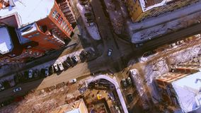 Το copter πετά πέρα από τη χειμερινή οδό στην πόλη του Novosibirsk Άποψη κάτω απόθεμα βίντεο