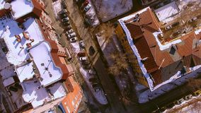 Το copter πετά πέρα από τη χειμερινή οδό στην πόλη του Novosibirsk Άποψη κάτω 4K φιλμ μικρού μήκους