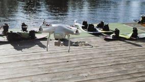 Το Copter πετά στα ύψη από το έδαφος στον ουρανό σε ένα κλίμα του πάρκου σερφ wakeboard Σερφ των τομέων στο copter φιλμ μικρού μήκους
