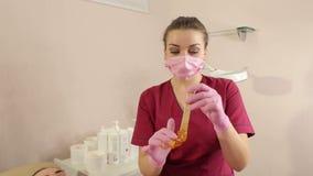 Το Cosmetician παίρνει την κόλλα ζάχαρης από το βάζο Shugaring φιλμ μικρού μήκους