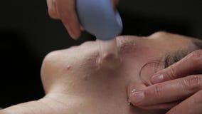 Το Cosmetologist κάνει το μασάζ αντι-γήρανσης με τις κενές τράπεζες κενό μασάζ προσώπου για την αναγέννηση δερμάτων φιλμ μικρού μήκους
