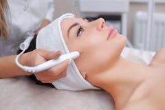 Το cosmetologist κάνει την επεξεργασία διαδικασίας Couperose του του προσώπου δέρματος στοκ φωτογραφία με δικαίωμα ελεύθερης χρήσης