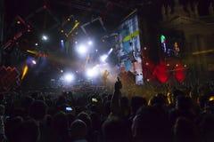 Το Cosmo αποδίδει στη σκηνή της συναυλίας του πρώτου του Μαΐου Στοκ Εικόνα