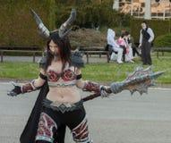 Το Cosplayer έντυσε ως χαρακτήρα την κυρία Deathwing Στοκ Εικόνα