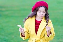 Το coziness φθινοπώρου είναι ακριβώς γύρω Λυπημένος ερχομός μικρών κοριτσιών για την εποχή φθινοπώρου Άκρες για τη μετατροπή του  στοκ εικόνες με δικαίωμα ελεύθερης χρήσης
